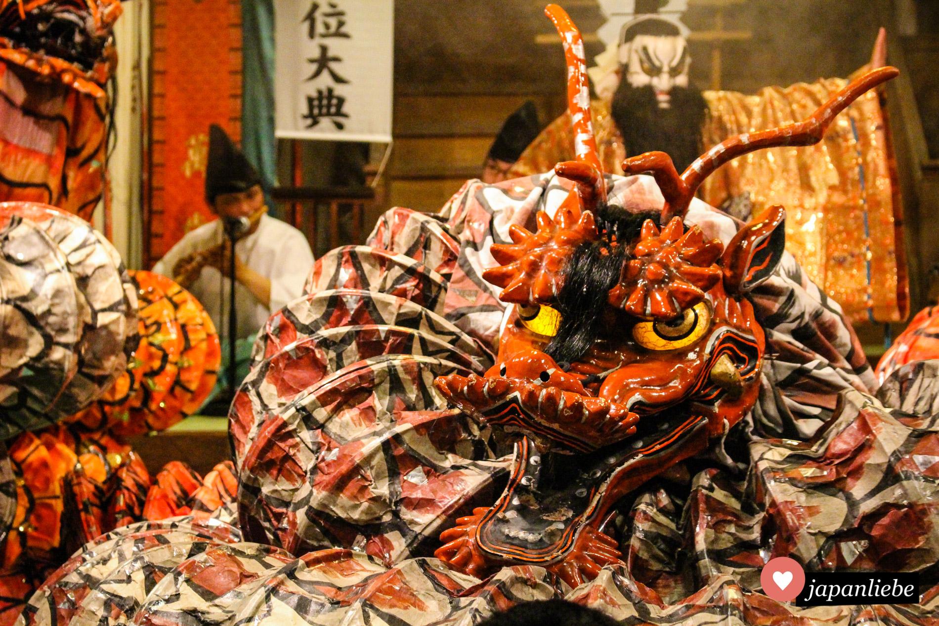 Pompöse Kostüme und schaurige Masken. Das Iwami-kagura-Theater weiß, wie man das Publikum zum Staunen bringt.