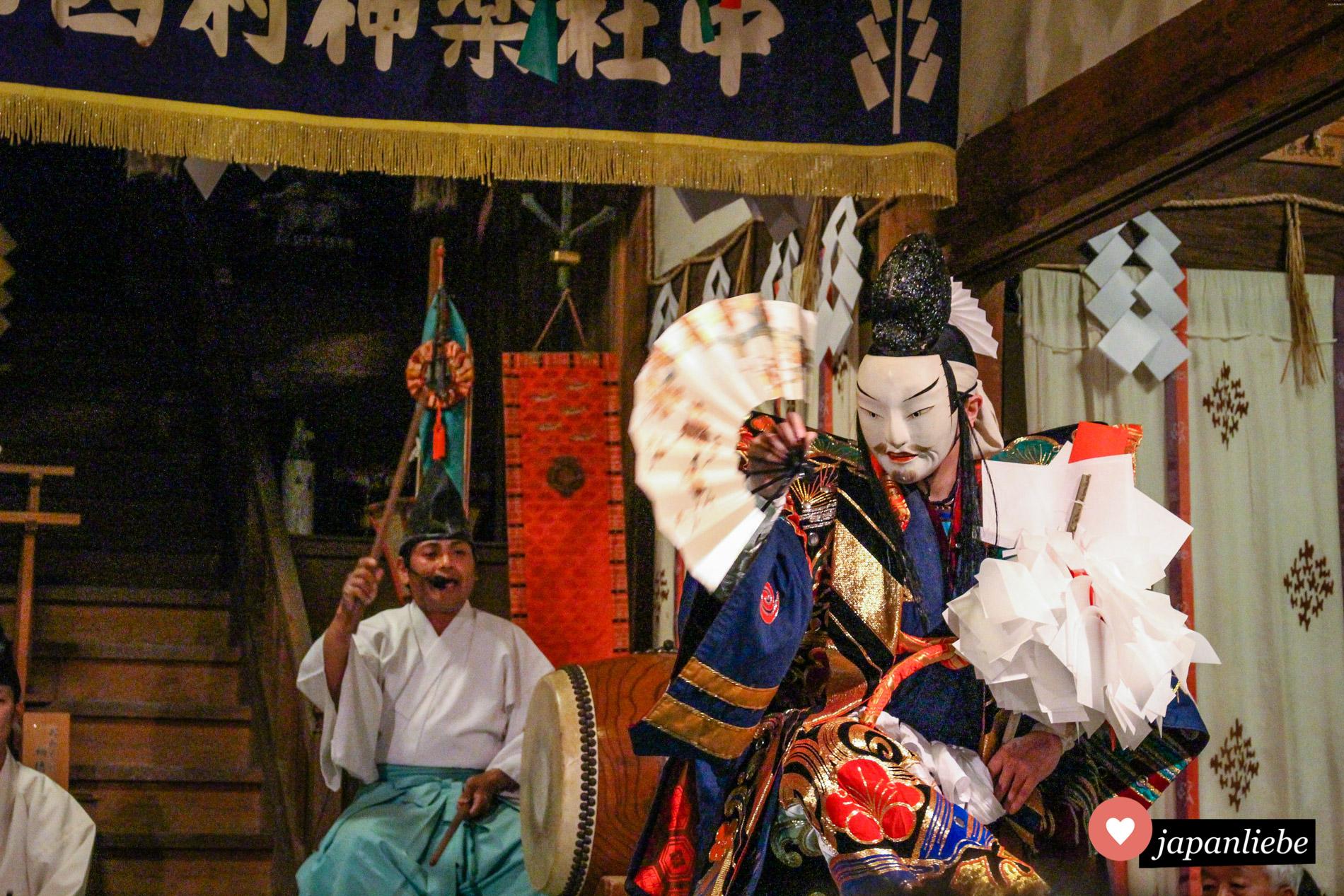Zwei Stücke wurden bei meinem Besuch in Yunotsu Onsen aufgeführt. Der Musiker an der Trommel gibt den treibenden Rhythmus vor, der das ganze Publikum mitreißt.