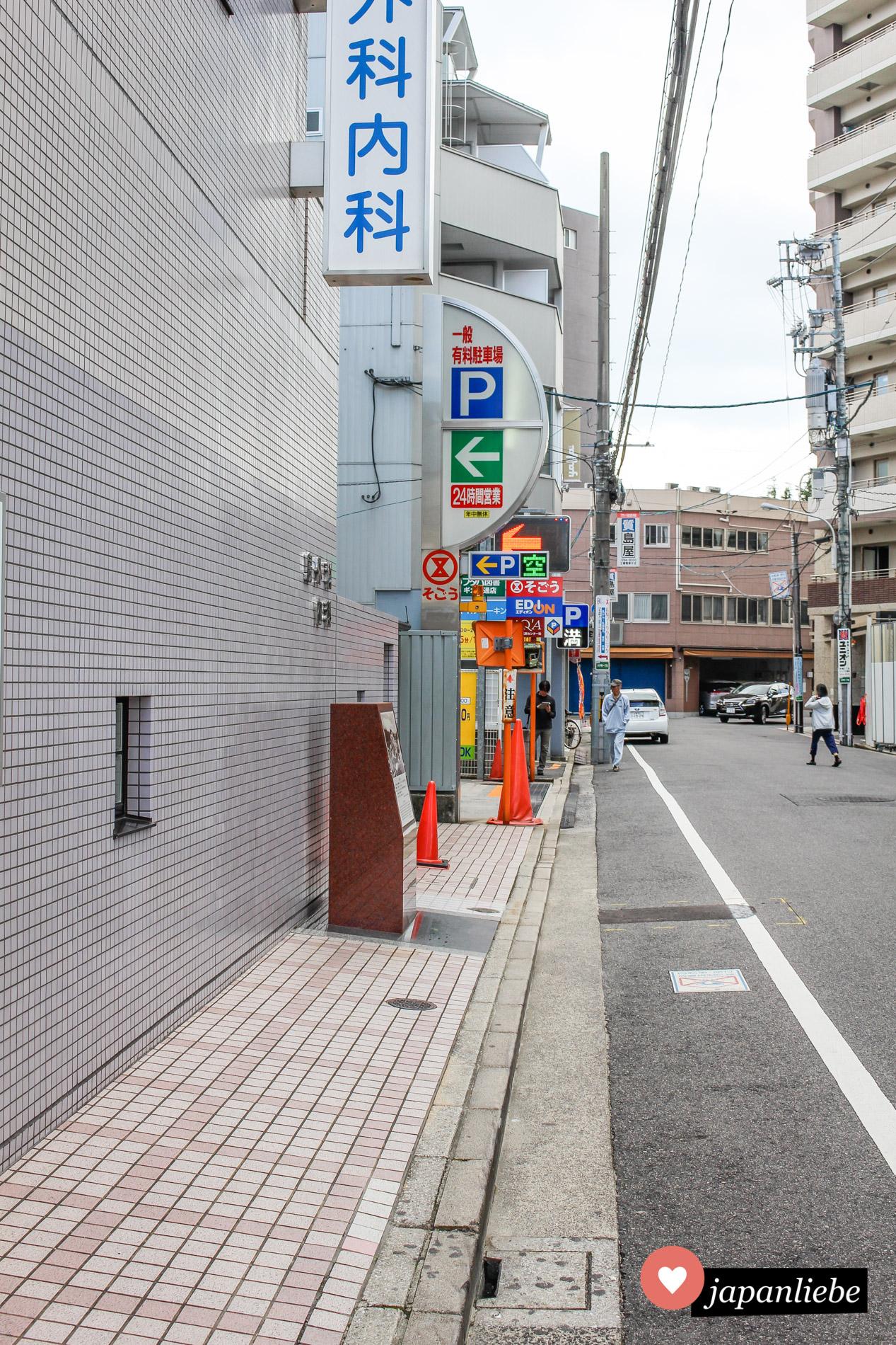 """Heute eine ganz normale Straße in Hiroshima. Vor über 75 Jahren detonierte 580 Meter über der braunen Gedenktafel die Atombombe """"Little Boy""""."""