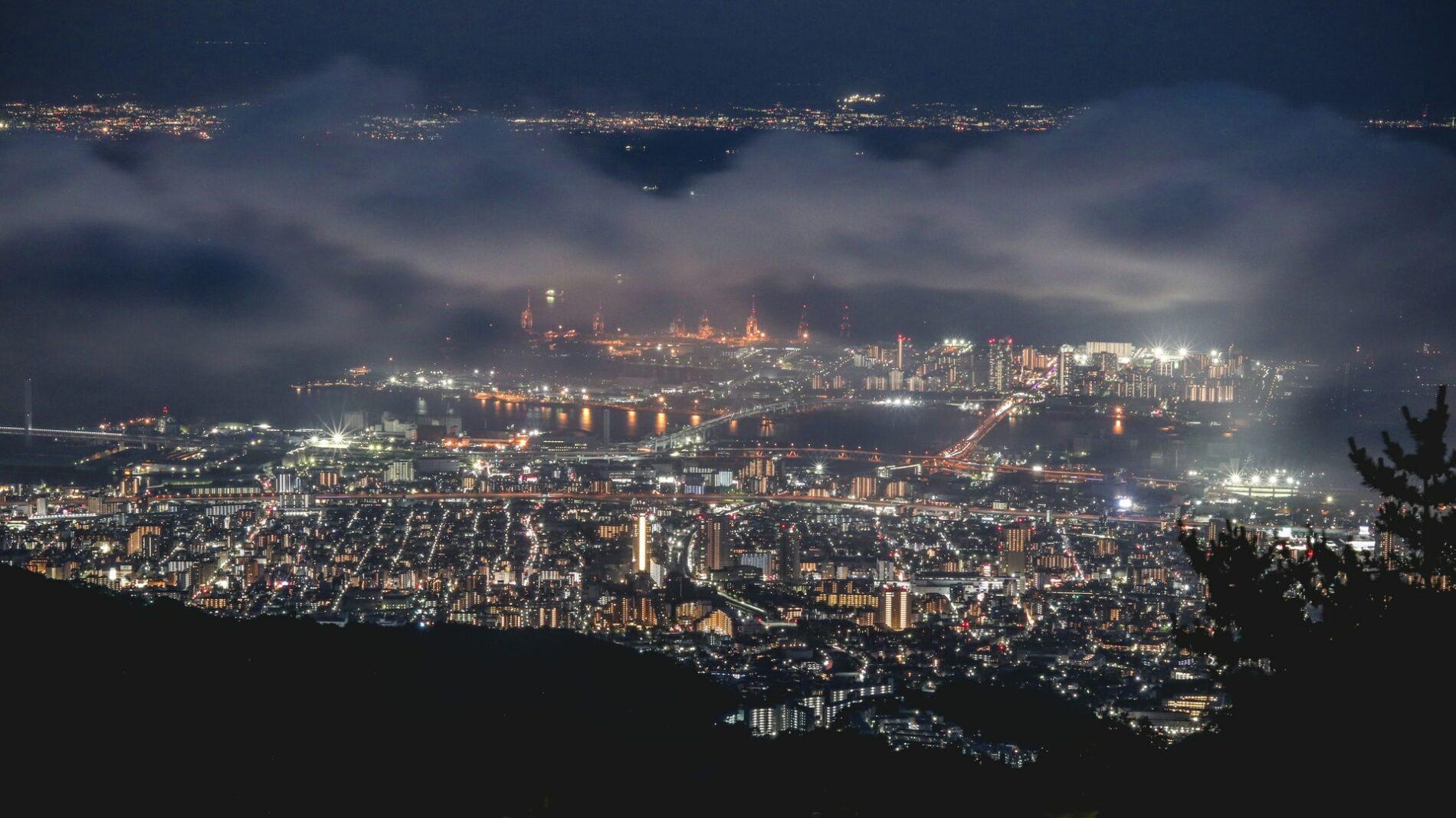 Blick von den Rokkōbergen über Kobe bei Nacht. (Foto: Ethan Hu, Unsplash https://unsplash.com/photos/S--4e_Q-wMk)