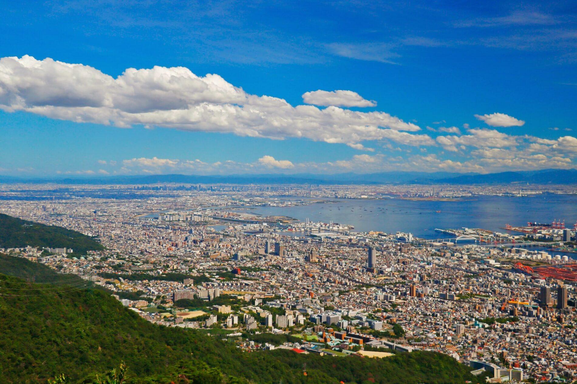 Traumhaftes Panorama über Stadt und Meer von Kobes Hausberg, dem Rokkō, aus. (Foto: Sugarman Joe, Unsplash https://unsplash.com/photos/i2hZtvsvpjQ)