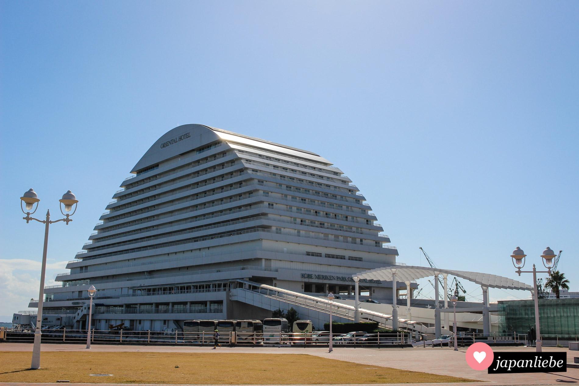 Das Meriken Park Oriental Hotel erinnert mich ins einer Form an ein Kreuzfahrtschiff oder eine Fähre, die gerade beladen wird.