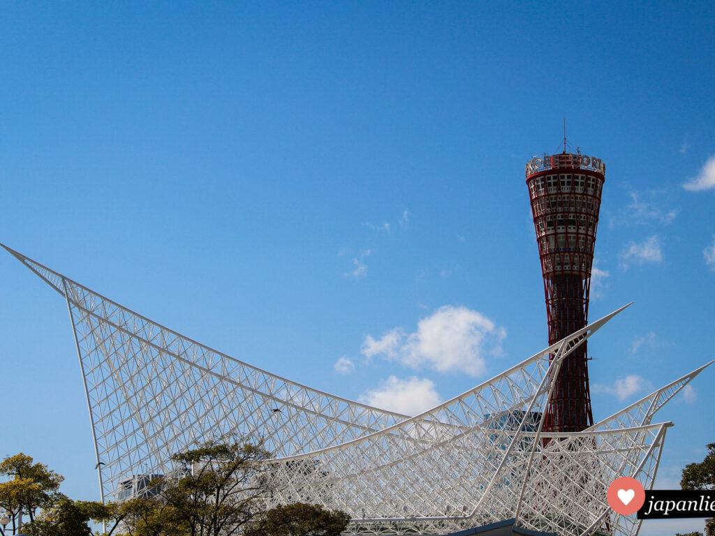 Der Kobe Port Tower und das Maritime Museum.