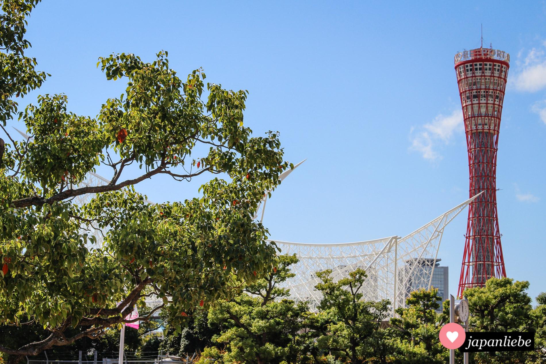 Der Port Tower und das Maritime Museum prägen die Sklyline von Kobe.