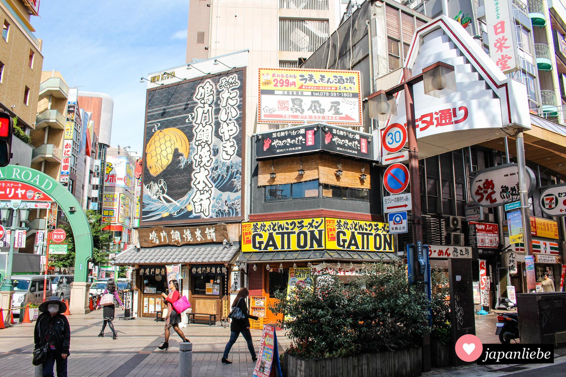 Enge Straßen, bunte Werbeanzeigen, dichtgedrängte Häuser: die Innenstadt von Kobe.