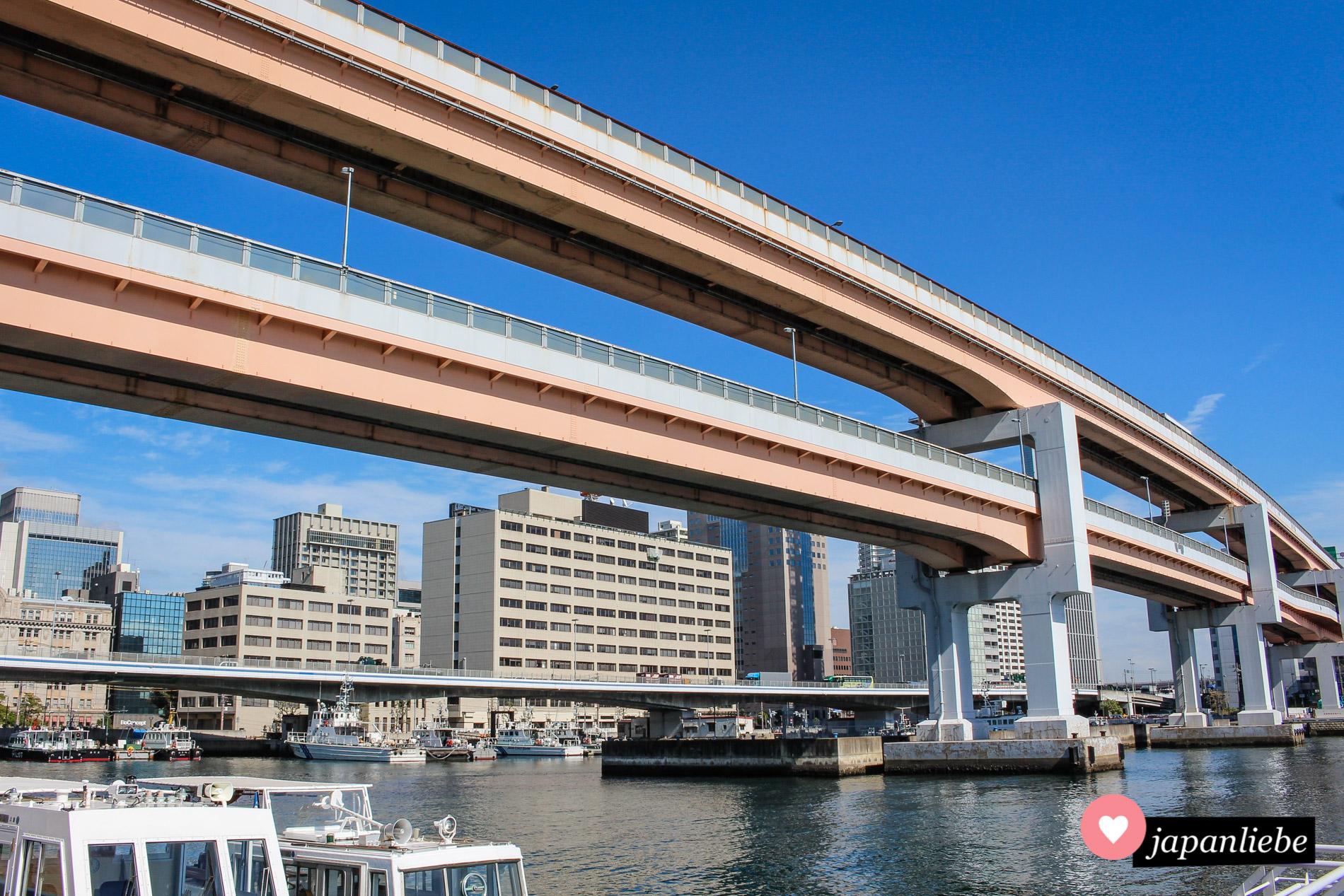 Gleich mehrere Straßen übereinander durchkreuzen Kobe.