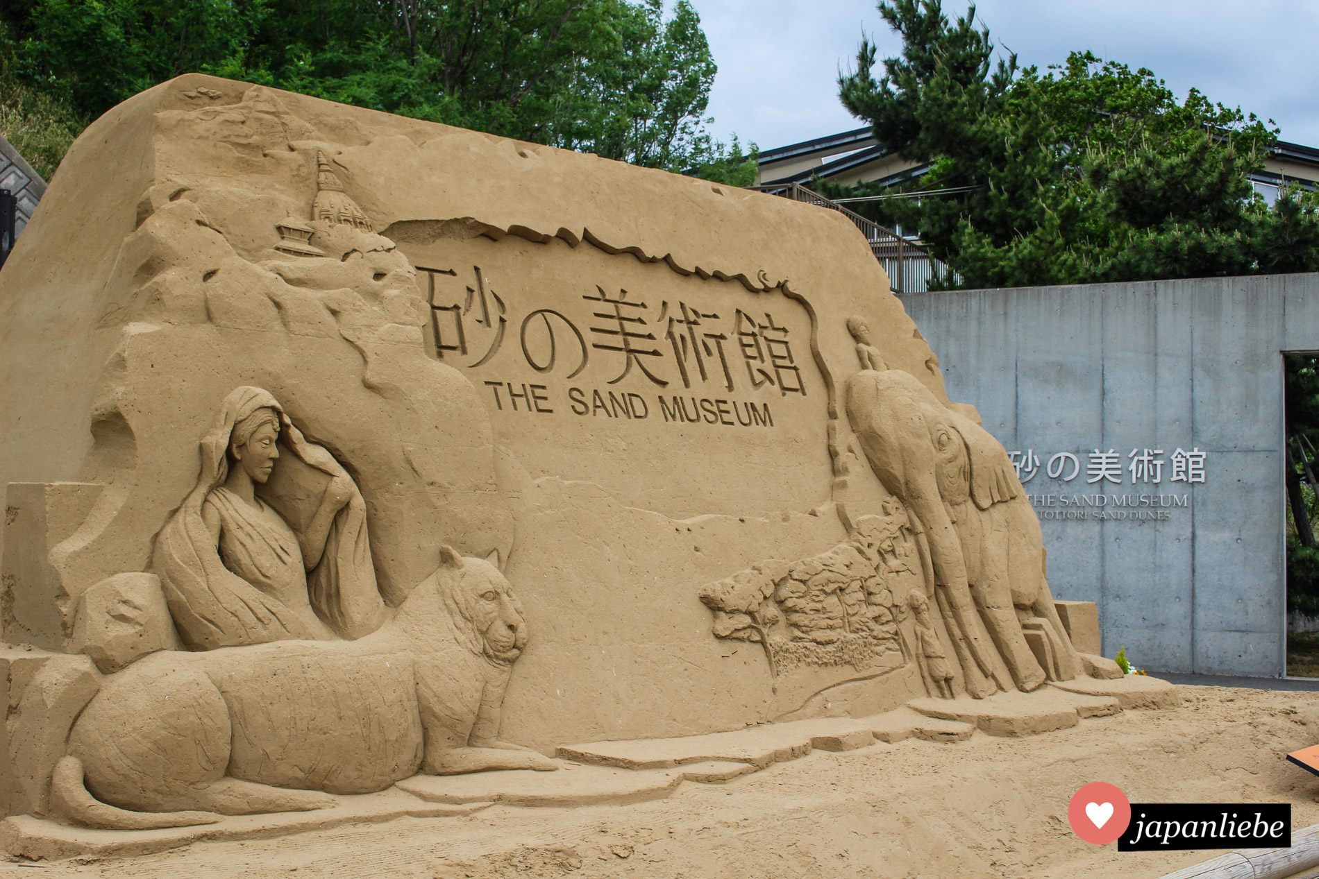Bereits den Eingang zum Sandmuseum ziert eines der vergänglichen Kunstwerke.