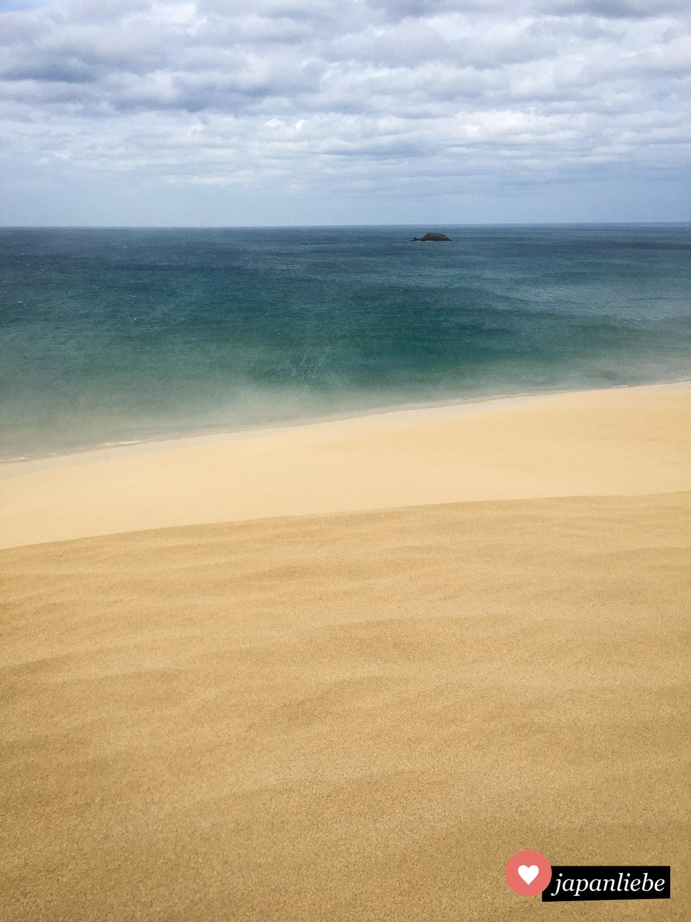 Tolle Farbkontraste während der Wind den Sand über die Dünen peitscht.