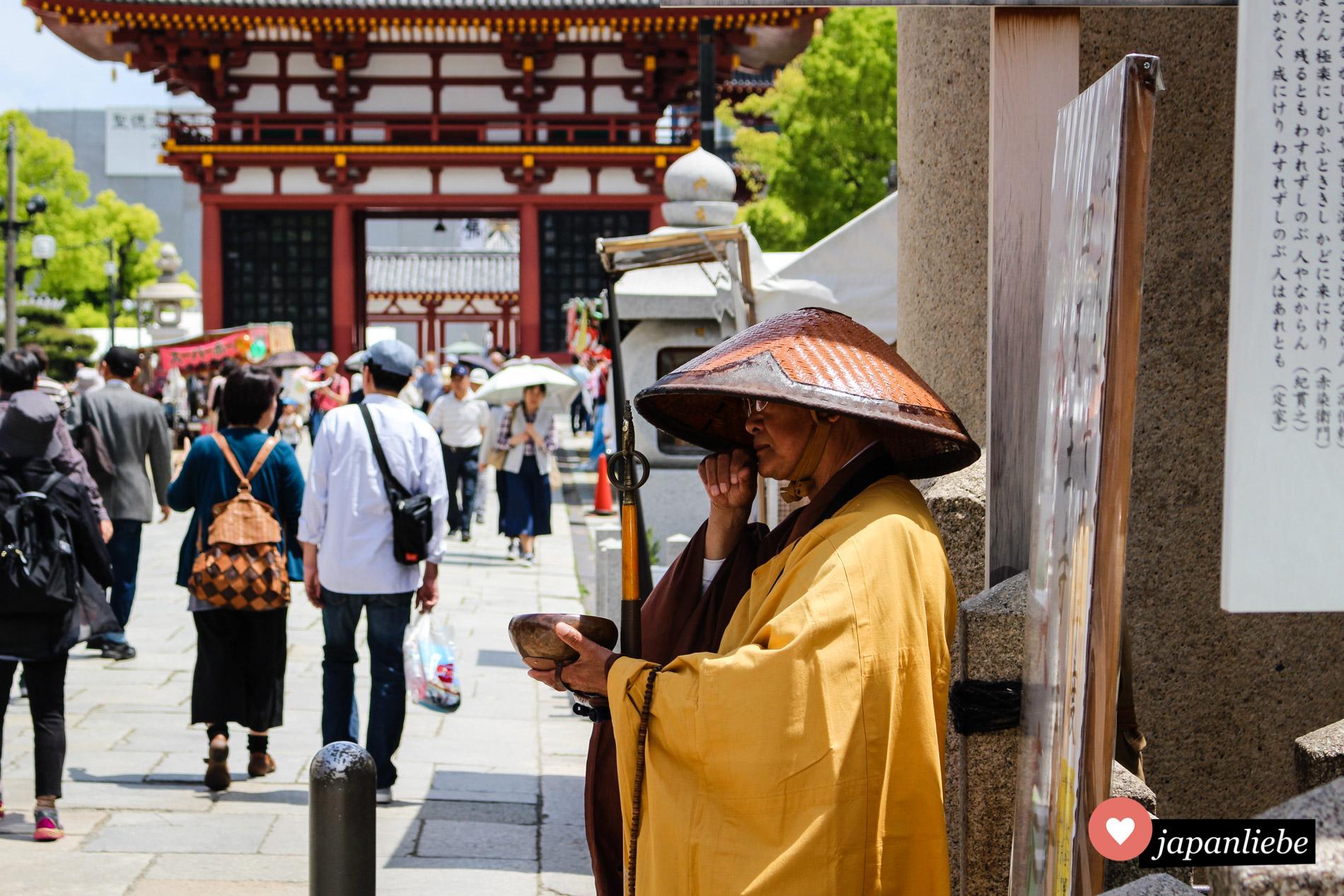 Ein Bettelmönch am Shitennō-ji-Tempel in Ōsaka.