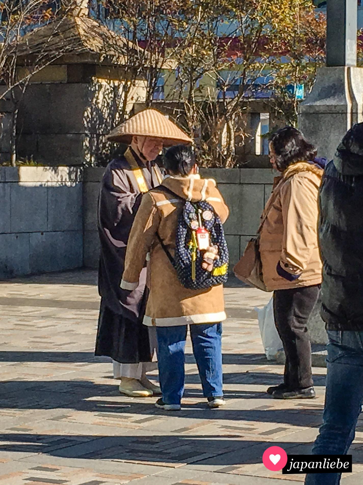 """Vermutlich eher Fake: ein Bettel-""""Mönch"""" am Meiji-Schrein in Tōkyō."""