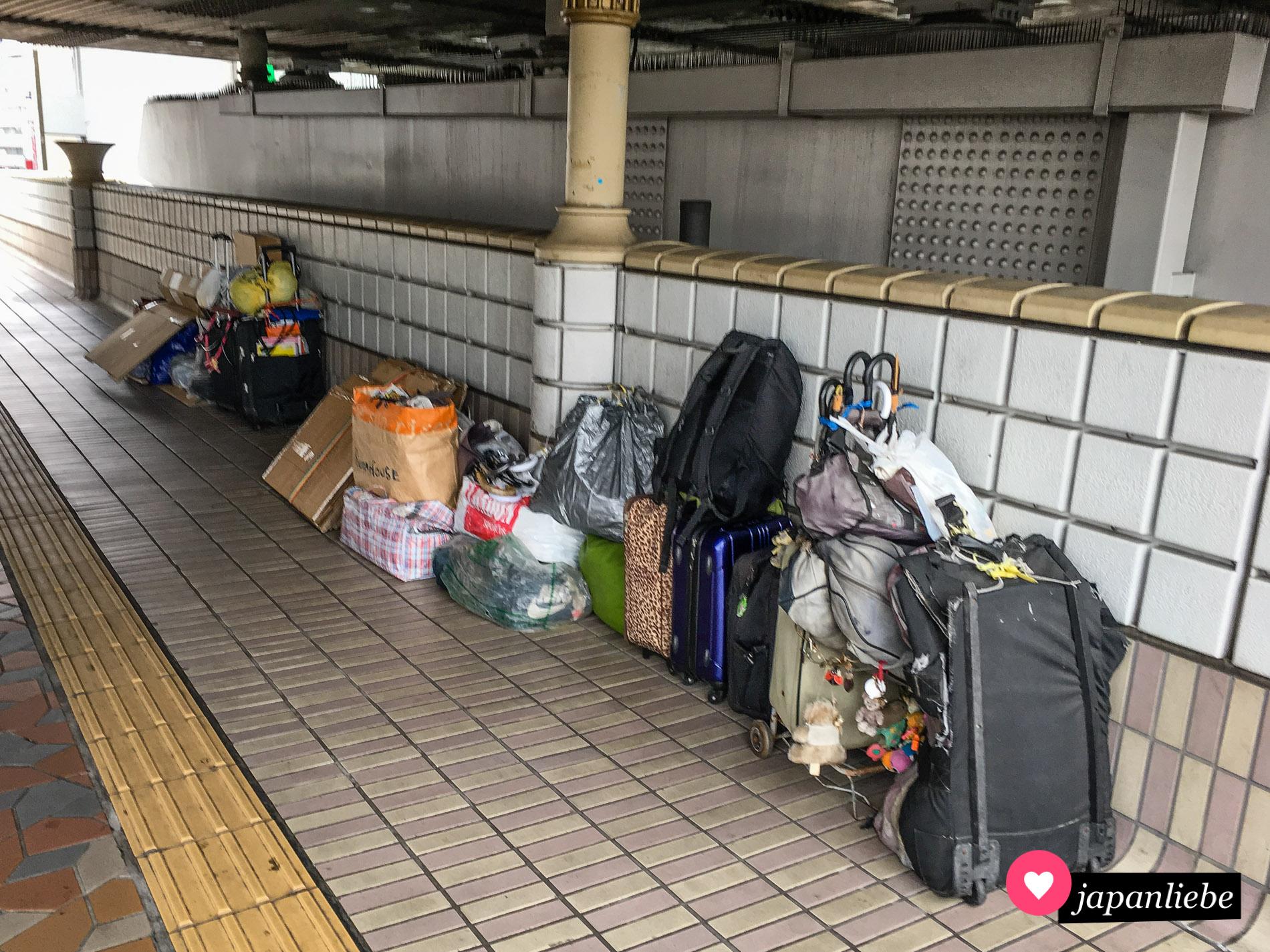 """Obdachlosigkeit wird in Deutschland oft mit Bettler gleichgesetzt. In Japan ist Betteln gesetzlich verboten. Die sogenannten """"Homeless"""" halten sich anders über Wasser. Das Hab und Gut sieht man oft unter Brücken oder in öffentlichen Parks."""