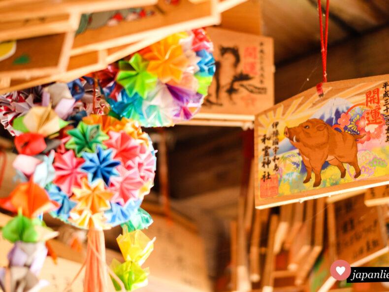 origami-Kugeln neben hübschen ema-Wunschtafeln am Warei-Schrein, Uwajima.