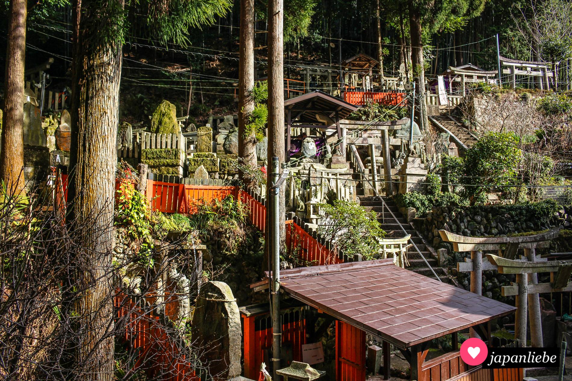 Nicht nur der Weg durch die Tausend roten Schreintore ist am Fushimi Inari-taisha spannend. Vor allem auf den anderen Wegen den Weg hoch, lassen sich magische Orte wie dieser entdecken.