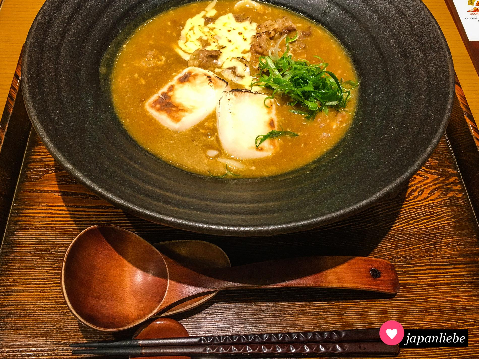Macht Curry Udon noch herzhafter: ein Topping aus gegrilltem Mochi und Käse.