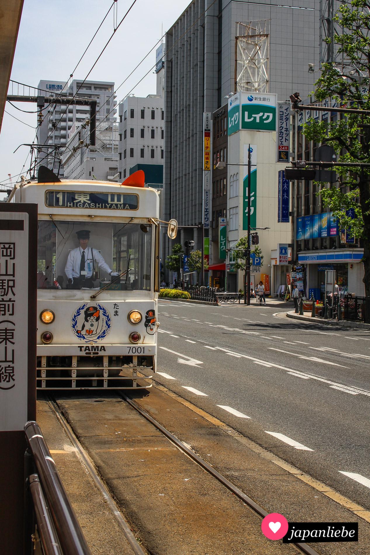 Die Katzentram in Okayama fährt am Hauptbahnhof ein.