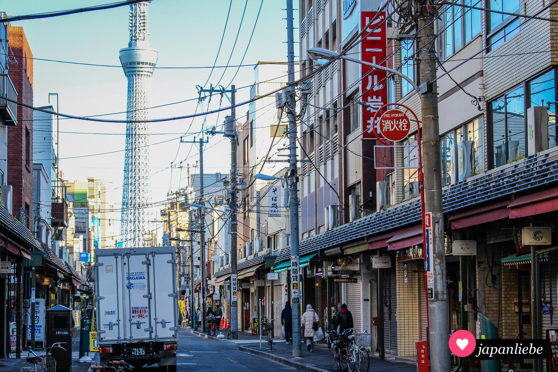 Von Asakusas Straßen aus hat man immer wieder tolle Blicke auf den Skytree.