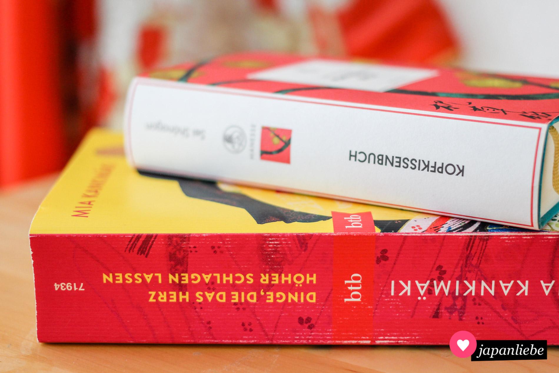 """Zwei Bücher, die zusammengehören: """"Dinge, die das Herz höher schlagen lassen"""" und """"Das Kopfkissenbuch""""."""