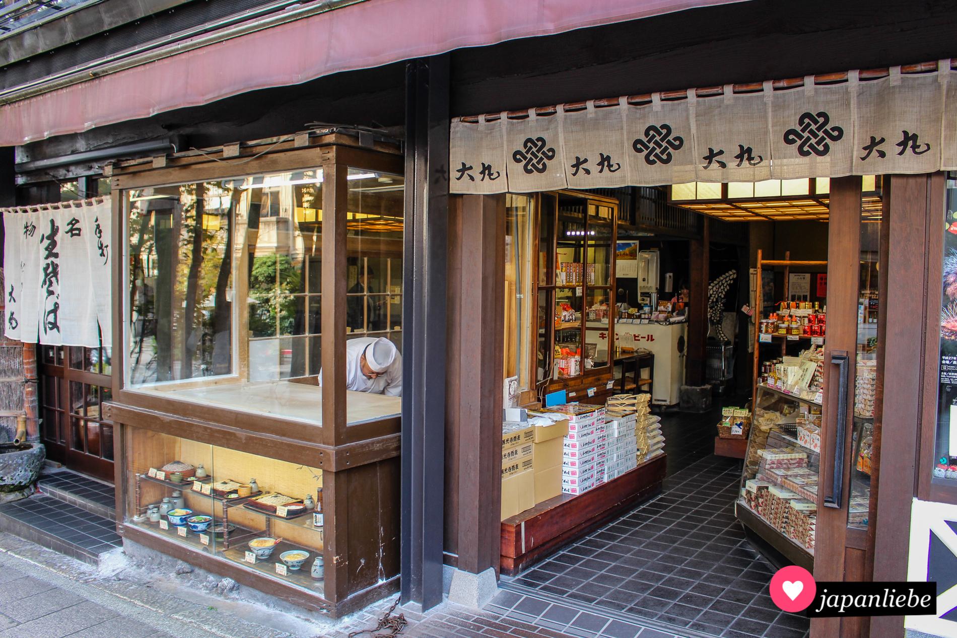 An diesem Restaurant in Nagano kannst du durch ein Fenster beobachten, wie Buchweizennudeln frisch hergestellt werden.