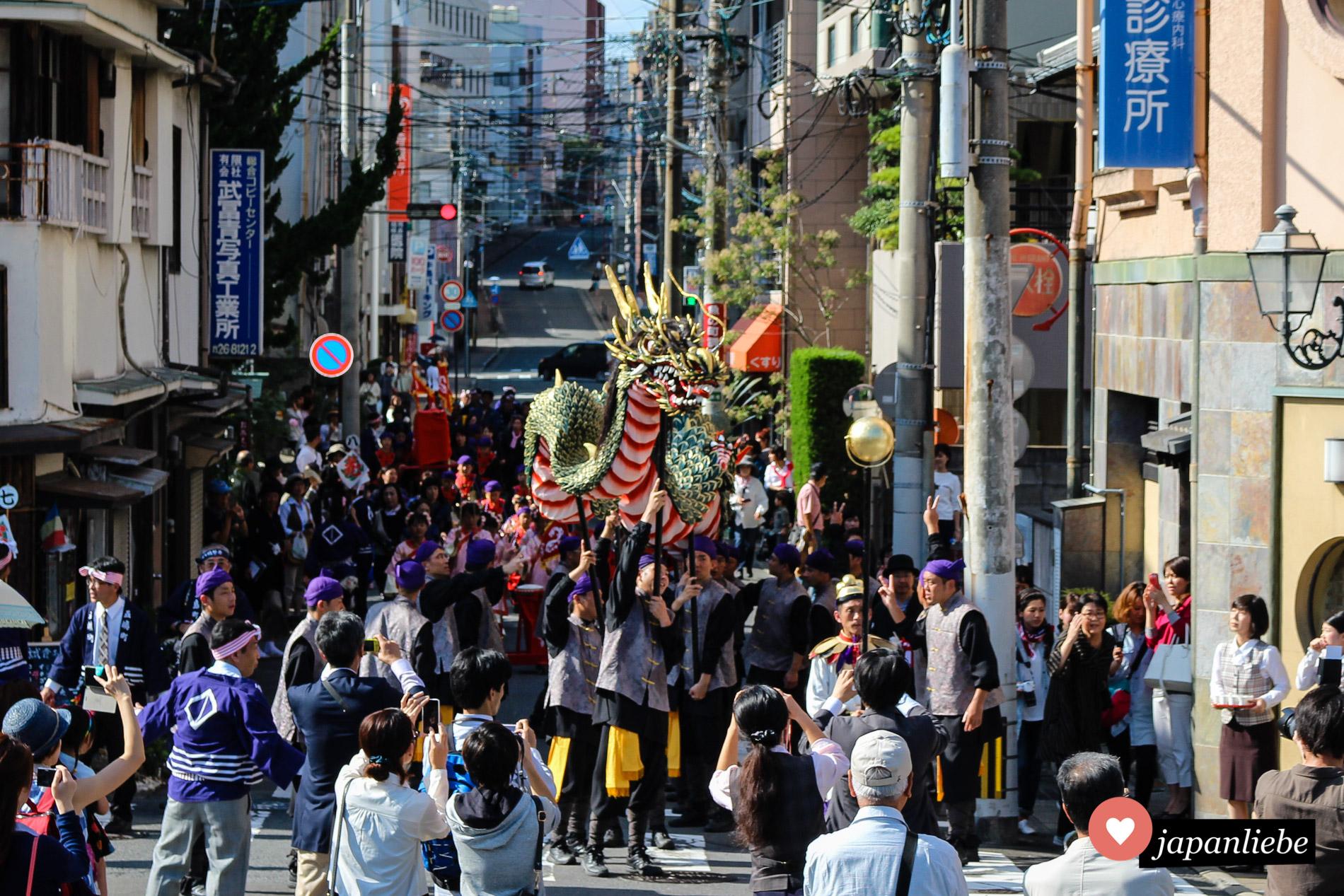 Ein Drachentanz beim Nagasaki Kunchi Fest.