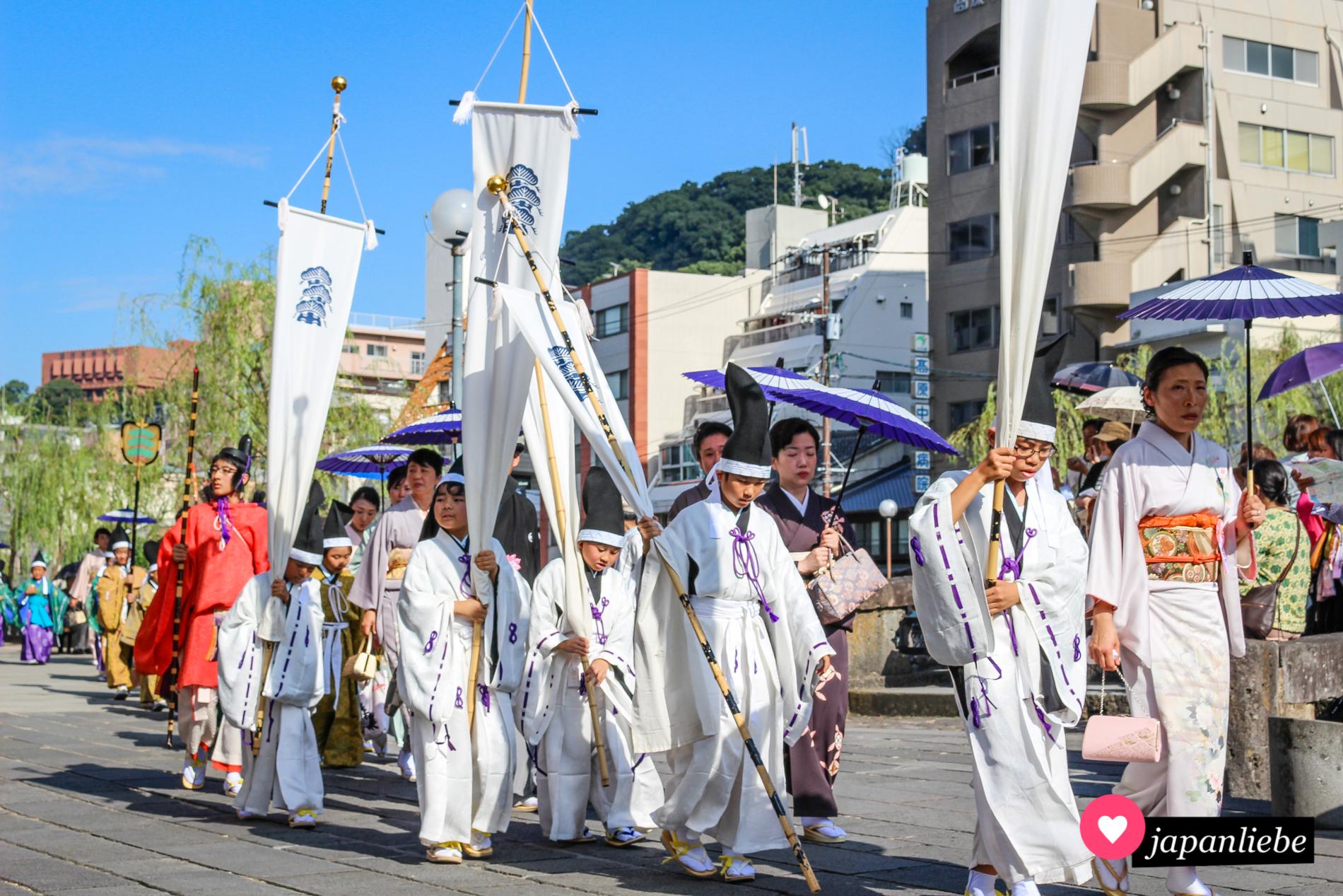 Jedes Jahr zeigen andere Gruppen beim Nagasaki Kunchi ihre Gewänder und Tänze.